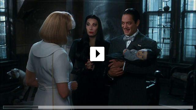 Zum Video: Die Addams Family in verrückter Tradition