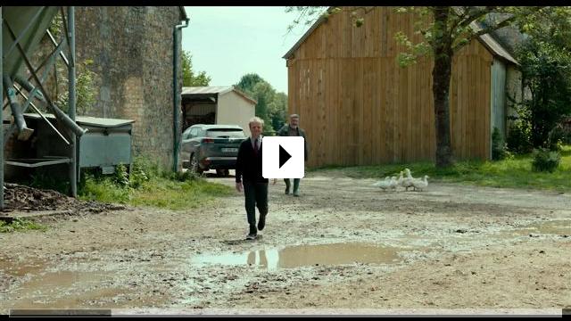 Zum Video: Ein Dorf zieht blank